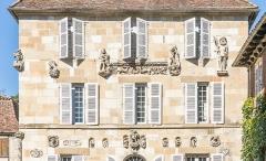 Maison devant le portail méridional de l'église Saint-Pierre - Français:   Maison Renaissance de Beaulieu-sur-Dordogne - détails sur la façade