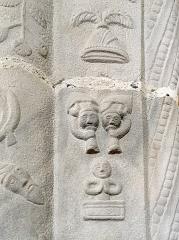 Eglise Saint-Martin - Français:   Piles de grès sculptées de l\'église Saint-Martin de Veules-les-Roses (Seine-Maritime, Normandie, France): «trois figurines disposées en triangle dont l\'une, les mains jointes, est bordée par un cartouche» (Yves Bottineau-Fuchs, «Les piles figurées de l\'église Saint-Martin de Veules-les-Roses», Annales de Normandie, trentième année, numéro 2, 1980, p. 126).