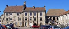 Hôtel Thiadot dit Maison du bailli, actuellement bibliothèque municipale et musée Beaumont - Français:   Trois monuments historiques de Luxeuil-les-Bains, de gauche à droite: l\'hôtel Thiadot, l\'hôtel Pusel et l\'hôtel Bretons-d\'Amblans.