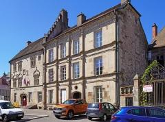 Hôtel Thiadot dit Maison du bailli, actuellement bibliothèque municipale et musée Beaumont - Français:   Trois monuments historiques de Luxeuil-les-Bains, de gauche à droite: l\'hôtel Thiadot et l\'hôtel Pusel.