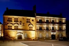 Hôtel Thiadot dit Maison du bailli, actuellement bibliothèque municipale et musée Beaumont - Français:   La Maison du Bailli qui abrite la bibliothèque fut bâtie aux 14e et 15e siècle. Cette belle maison avec, à l'intérieur, de belles cheminées à manteaux sculptés, présente le type de logis des bourgeois de la ville au moyen-âge et à la renaissance.  L\' Hôtel Pusel ou hôtel Ferrier du Châtelet 16e siècle / 18e siècle abrite aujourd\'hui le Musée du Combattant de la Haute Saône.  Maison du Bailli et Hôtel Pusel  Place de la Baille - Luxeuil les Bains