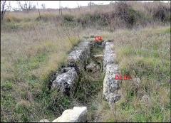 Villa gallo-romaine - Français:   Lespignan (Hérault, Ocitanie): villa gallo-romaine de Vivios, grande canalisation occidentale (égout) C1 et ses affluents. Vue vers l\' ouest et son origine.