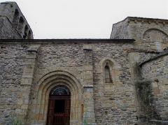 Eglise Saint-Pierre - Français:   Église de style Roman du 11° et 12° siècle.