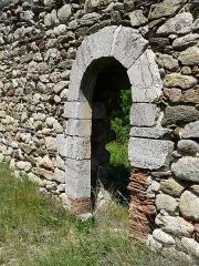 Vestiges de l'ancienne église Saint-Pierre - Català:  Porta sud de Sant Pere de Fillols