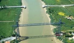 Pont transbordeur du Martrou -  Pont transbordeur de Rochefort. Au second plan, les restes d'un pont élévateur existant en 2005