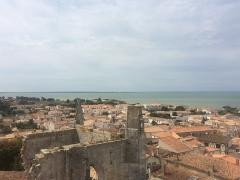 Eglise Saint-Martin dite Le Grand Fort - Français:   Vue de l\'Église Saint-Martin et du port de Saint-Martin-de-Ré depuis le toit