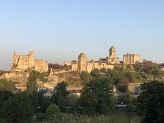 Château baronial ou des Evêques de Poitiers - Français:   Château d\'Harcourt (au centre-gauche), château des évêques de Poitiers (à gauche), donjon de Gouzon (à droite) et église Saint-Pierre (au centre-droit) au lever de soleil