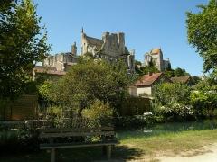 Château baronial ou des Evêques de Poitiers - Français:   Le clocher carré de l\'Église Saint-Pierre de Chauvigny est visible en arrière plan.