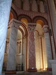 Eglise Saint-Pierre - Français:   Intérieur peint de l\'Église Saint-Pierre de Chauvigny