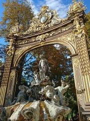 Ensemble formé par la place Stanislas, la rue Héré et la place de la Carrière -  Porte en ferronnerie de Jean Lamour et fontaine de Barthélémy Guibal.
