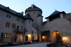 Ruines du château de Mensberg, dit aussi château de Malbrouck - Français:   Cour intérieure du château de Malbrouck à Manderen (Moselle) à la tombée de la nuit.