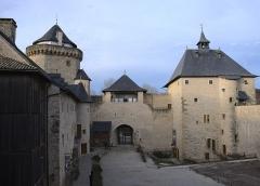Ruines du château de Mensberg, dit aussi château de Malbrouck - Français:   Cour intérieure du château de Malbrouck à Manderen (Moselle) vue depuis la courtine sud.