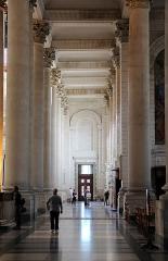 Cathédrale Notre-Dame et Saint-Vaast -  Bas-côté nord de la cathédrale Notre-Dame-et-Saint-Vaast d'Arras à  Arras (Nord-Pas-de-Calais, France).