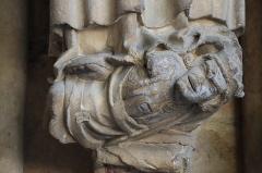 Abbaye de la Couture -  Portail occidental de l'église Notre-Dame-de-la-Couture au Mans (72). Ébrasement droit. Console portant la statue de Saint-Matthieu.