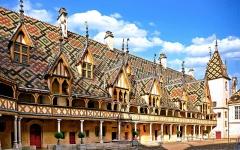 Hôtel-Dieu ou Hospices civils de Beaune - Deutsch:   Beaune, Hôtel-Dieu, Hofgebäude, Dach mit glasierten Ziegeln