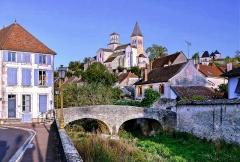 Pont dit Pont du Pertuis-au-Loup - Français:   Châtillon-sur-Seine avec le pont du Pertuis-au-Loup sur la Seine et l\'église Saint-Vorles