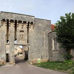 Portes de la ville - Français:   Porte du Bourg à Flavigny-sur-Ozerain (21).