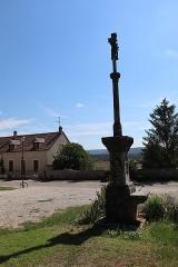 Croix - Français:   Croix du placître de l\'église de Mâlain (21).