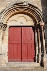 Eglise de la Nativité - Français:   Église de la Nativité de Mirebeau-sur-Bèze (21). Extérieur. Portail occidental.