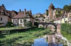 Enceinte de la ville - Français:   Enceint et pont Pinard, Semur-en Auxois, Côte d\'Or, France