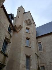 Château de Meauce - Français:   Cour intérieure du château de Meauce (Nièvre, France).