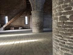 Ancienne abbaye Saint-Philibert - Français:   Abbaye Saint-Philibert de Tournus (Saône-et-Loire, Bourgogne-Franche-Comté), piliers et pavement de la chapelle Saint-Michel.