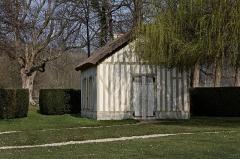 Domaine de Chantilly (parc également sur communes d'Avrilly-Saint-Léonard et Vineuil-Saint-Firmin) -  Le hameau du château de Chantilly.