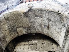Porte Saint-Marcel - Français:   Décors de l\'ancien arc Romain, inclus sous la porte Saint-Marcel