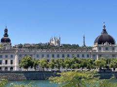 Hôtel-Dieu - English:   Hôtel-Dieu de Lyon. Photo taken from 3rd arrondissement in lyon across the Rhône river with the Basilica of Notre-Dame de Fourvière and the Tour Métallique de Fourvière in the background.