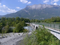 Tunnel hydraulique du Gelon et pont Royal - English:   Sight, from its south-western viewpoint balcony, of Pont Royal bridge (1853) crossing the Isère river in Combe de Savoie valley, in Savoie, France.