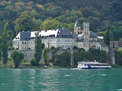 Abbaye de Hautecombe - English:  Sight, from the Bourget lake, of Hautecombe abbey and Hydra Aix touristic ship, in Savoie, France.