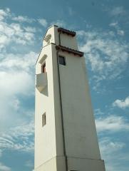 Feu aval d'alignement du port -  Le phare de Saint-Jean de Luz a été construit en même temps que le phare de Ciboure et à l'identique, très sobre ,moderne et de style néo basque, en 1937 par l'architecte André Pavlovsky.