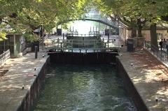 Canal Saint-Martin - Français:   Cette photo représente deux écluse du canal St-Martin à Paris.