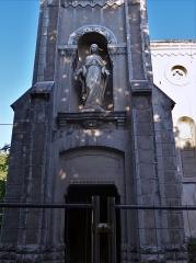 Usine de chaux - cimenterie Lafarge, chapelle Saint-Victor de la cité Blanche - Français:   La construction de la Cité Blanche a commencé en 1880 pour loger les familles d\'ouvriers des carrières de chaux (environ 500 personnes). Au 20° siècle, la mécanisation et le manque de confort ont vidé le village. Il reste moins d\'une dizaine d\'habitants. Le tremblement de terre du 11 novembre 2019, d\'une puissance de 5,3, est l\'un des plus puissants enregistré en France. Il faut espérer qu\'il n'amènera pas à la destruction complète de ce patrimoine ouvrier si particulier.