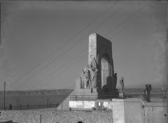 Monument aux héros de l'armée d'Orient et des terres lointaines, square Lieutenant-Danjaume -