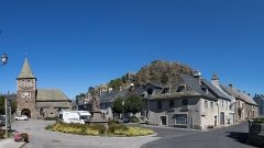 Château fort d'Apchon - English:  Apchon - market place and Saint-Blaise church