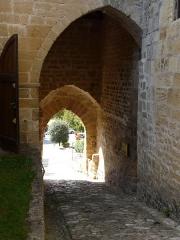 Château des Evêques et ancien cimetière -  Vue intérieure de l'entrée de la façade sud-ouest, château des Évêques de Périgueux, Plazac, Dordogne, France.