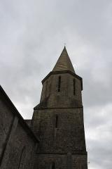 Eglise Saint-Julien - Français:   Église Saint-Julien et la croix de pierre du cimetière