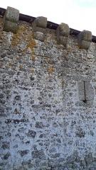 Chapelle et enceinte fortifiée de Loré - Français:   chapelle castrale du 15e, Mâchicoulis et meurtrière, vestige du château de naissance d\'Ambroise de Loré