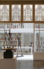 """Immeuble - La bibliothèque de l'Institut vue de la salle traversante  L'œuvre la plus célèbre de Giacometti, l'Homme qui marche, plus qu'un chef- d'œuvre, est une icône de l'art du XXe siècle. Cette exposition réunit pour la première fois les différents modèles grandeur nature, ainsi que la plupart des variations sculptées et dessinées. Accompagnée de nombreux documents et dessins inédits, elle retrace la généalogie du motif, depuis la Femme qui marche de la période surréaliste, jusqu'aux icônes créées en 1959-1960...  Extrait du site de l'exposition """"L'Homme qui marche.  Une icône de l'art du XXème siècle"""" à l'Institut Giacometti, Paris  <a href="""