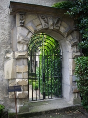 Hôtel Le Vergeur - Français:   Musée-hôtel Le Vergeur à Reims (Marne, France). Portail de l\'ancienne abbaye Saint-Pierre-les-Dames (XVIe s.), dans la cour intérieure