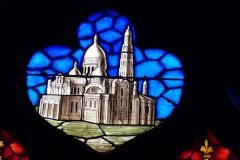 Eglise Notre-Dame-des-Vertus - Deutsch:  Bleiglasfenster (Ausschnitt) in der katholischen Pfarrkirche Notre-Dame-des-Vertus in Aubervilliers, Darstellung: Kirche Sacré-Cœur in Paris