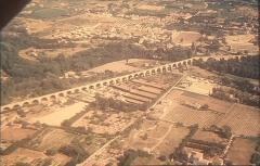 Aqueduc - Français:   Vue aérienne de l\'aqueduc de Carpentras prise en juillet 1966 par Guy Crouzet.