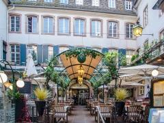 Immeuble -  Cour d'un restaurant très coté du centre de Strasbourg, le Dauphin.