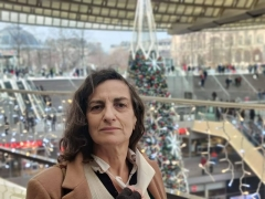 Bourse de commerce - Français:   Dominique Sels sous la canopée; devant l\'église Saint-Eustache et le grand sapin de Noël du Forum des Halles, Paris, 2 janvier 2021