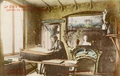 Immeuble dit Castel Béranger - Français:   L\'architecte Hector Guimard dans son agence-atelier du Castel Béranger, carte postale no 10 d\'une série de 24 éditées pour l\'exposition de l\'habitation de 1903.