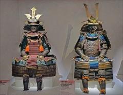 Musée Guimet - Armures du XVIIIè siècle de Daimyo  (à gauche, l\'armure porte les armoiries de la famille Takasu et à droite celles de Nabeshima Yoshishige)  Toutes les armures de l\'exposition sont  présentées sur des coffres comme les seigneurs le faisaient à l\'époque dans leurs châteaux pour rappeler à tous leur pouvoir.  Armures présentées dans l\'exposition Daimyo - Seigneurs de la guerre au Japon au MNAAG: Musée National des Arts Asiatiques - Guimet à Paris www.guimet.fr/event/daimyo-seigneurs-de-la-guerre-au-japon/  L\'exposition Samouraï au Château des Ducs de Bretagne à Nantes en 2014 (photo dalbera) www.flickr.com/photos/dalbera/14795988248/in/album-721576...  L\'exposition Samouraï (2011-2012) au musée du quai Branly (photo dalbera)  www.flickr.com/photos/dalbera/6722413727/in/album-7215760...