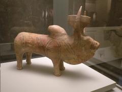 Musée Guimet - Français:   Rython (vase à boire) en forme de zébu - Pakistan, site de Nindowari, culture de Kulli, 2300-2000 av. J.-C., céramique peinte, musée Guimet, achat, 2014, MA 12675