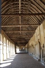 Cimetière -  Cimetière de Montfort-l'Amaury en France.