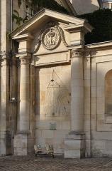 Ancienne abbaye du Val-de-Grâce, puis hôpital militaire - English:  Sundial in the churchyard of the church of Val-de-Grâce in the 5th arrondissement of Paris in France.